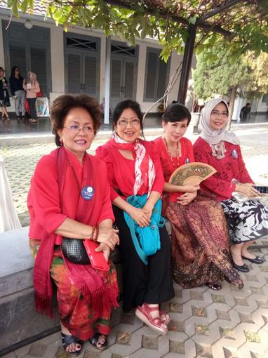 022・インドネシアのご婦人の正装は赤?・510.jpg